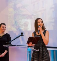 Karolina Szmudzińska odbiera nagrodę dla Hotelu Młyn & Spa